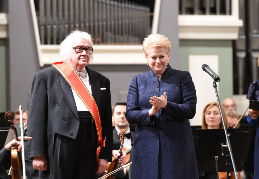 Prezidentė profesoriui Juozui Domarkui įteikė valstybinį apdovanojimą