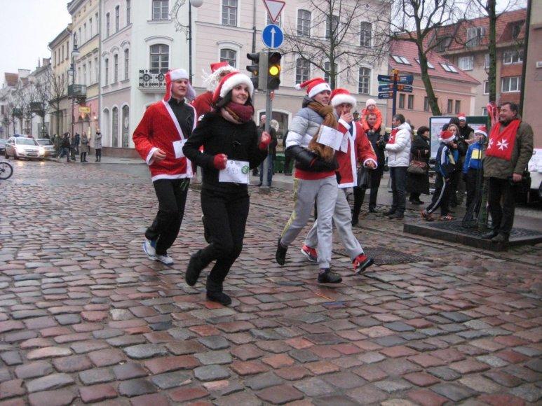 Kalėdų seneliais apsirengę klaipėdiečiai dalyvavo simboliniame labdaringame bėgime.