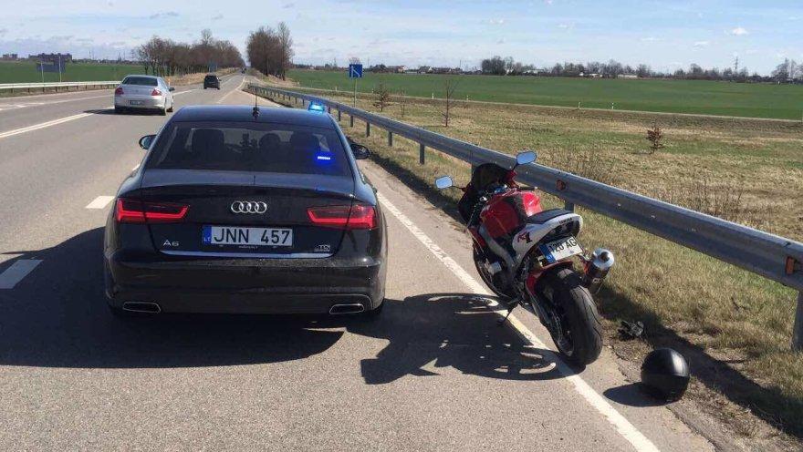 """Greitį viršijusį motociklininką sustabdė nežymėta policijos """"Audi"""""""