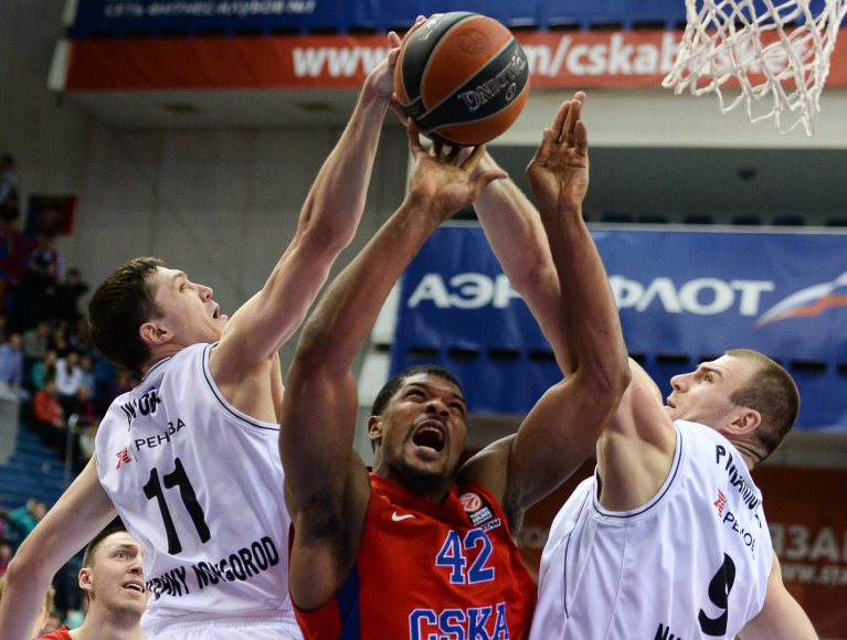 Semionas Antonovas ir CSKA žaidėjas Kyle'as Hinesas