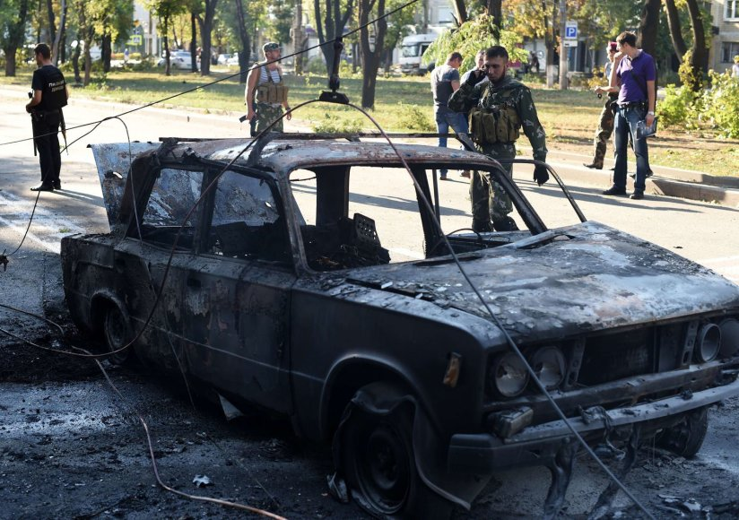 Teroristai prie sudegusio automobilio Donecke