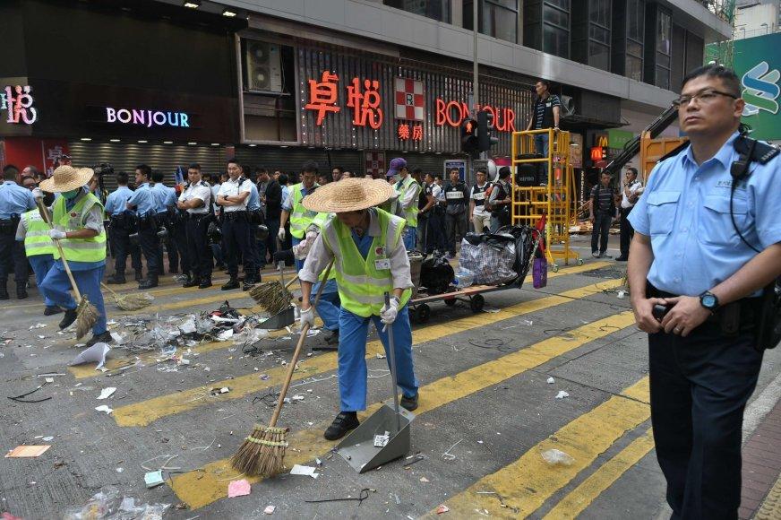 Honkonge ardomos protestuotojų barikados ir stovyklos