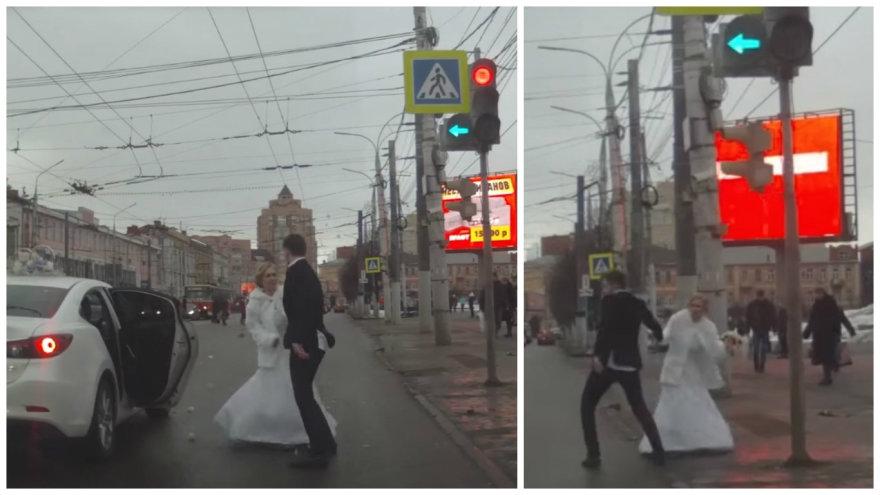 Video kadras/Vidury gatvės nuotaka iššoko iš mašinos, sviedė į jaunikį puokštę ir pabėgo