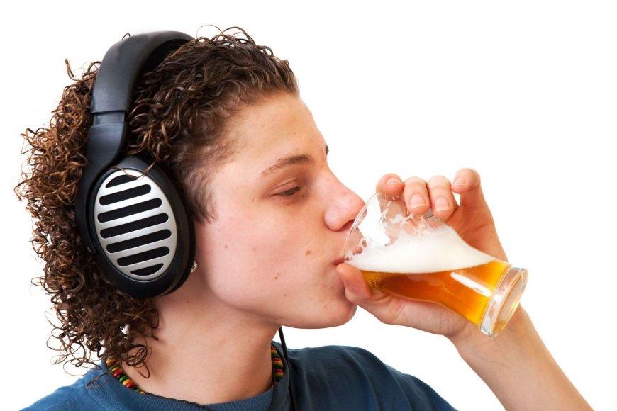 Jaunuolis geria alų