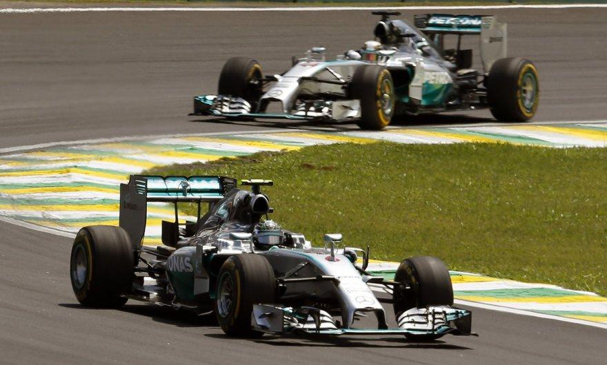 Nico Rosbergas (priekyje) ir Lewisas Hamiltonas