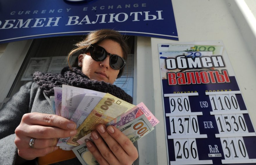 Moteris laiko Ukrainos nacionalinės valiutos grivinos banknotus