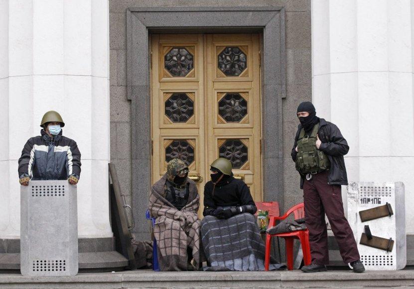 Protestuotojai prie parlamento pastato