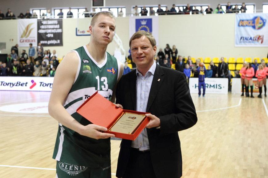 Labiausiai patobulėjusio NKL krepšininko prizą O. Olisevičiui įteikė lygos prezidentas R. Štaras