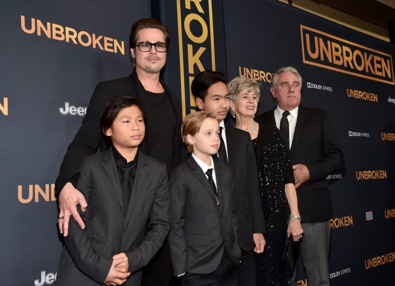 Bradas Pittas su tėvais Jane ir Williamu, įsūniais Paxu ir Maddoxu bei dukra Shiloh