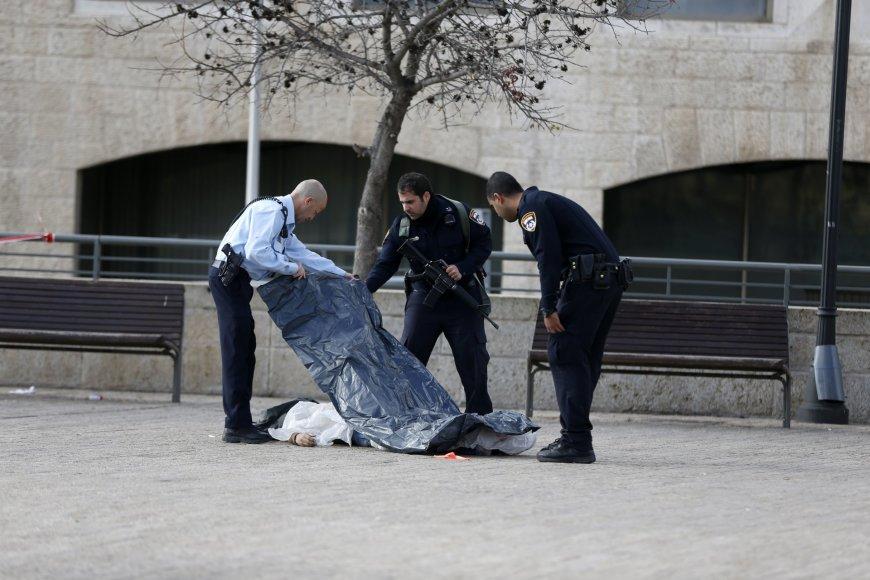 Izraelio policininkai prie nušauto palestiniečio kūno