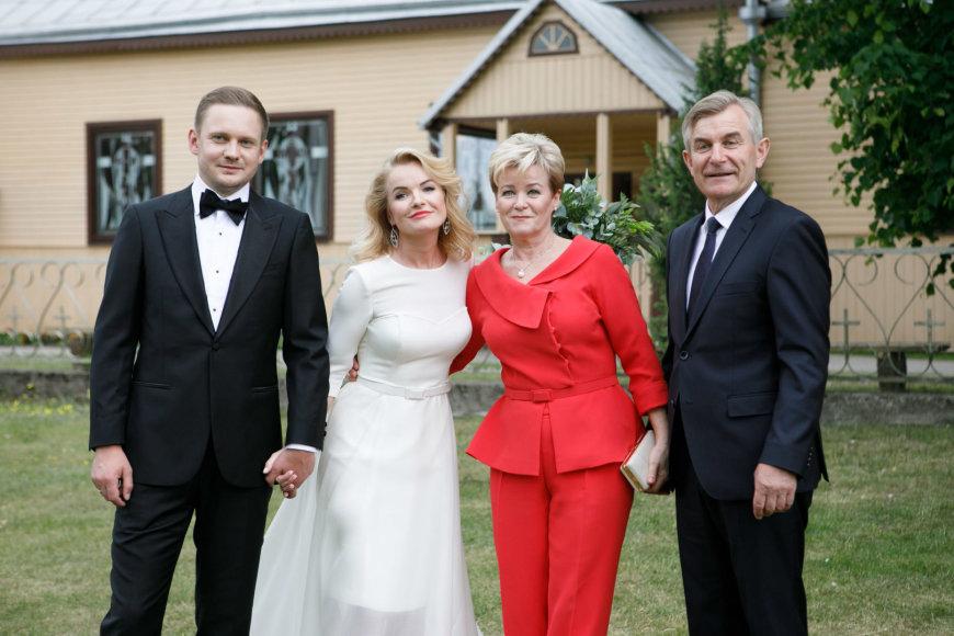 Viktorija Pranckietytė ir Mantvidas Žalėnas su nuotakos tėvais Irena bei Viktoru Pranckiečiais