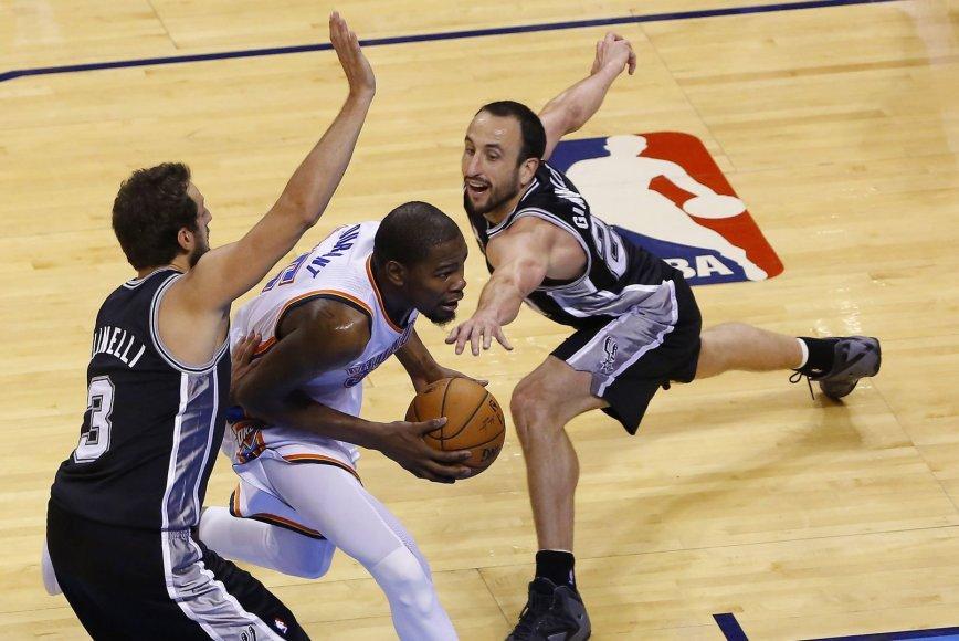 """""""Thunder"""" lyderį Keviną Durantą stabdo """"Spurs"""" žaidėjai Marco Belinelli ir Manu Ginobilli"""
