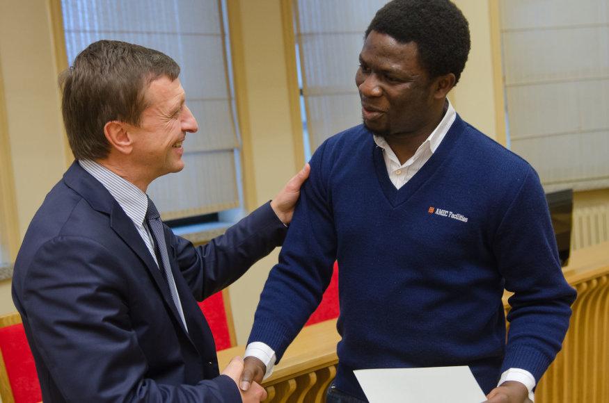 KTU rektorius Petras Baršauskas ir studentas Joshua Fayomi Olusegunas.
