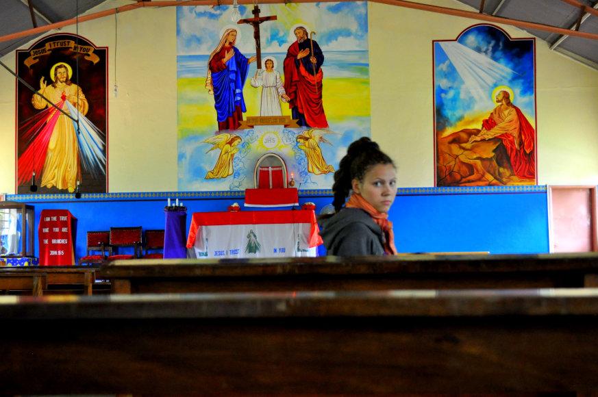Bažnyčios viduje spalvoti piešiniai ir tuštuma