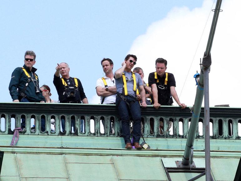 Tomas Cruise'as ant Vienos operos rūmų stogo
