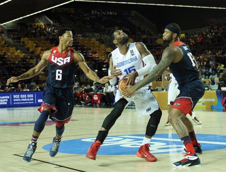 JAV krepšininkai DeMarcusas Cousinsas ir  Derrickas Rose'as stabdo   Jacką Martinezą