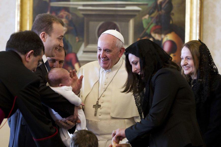 Popiežius Pranciškus su maltos prezidento šeima