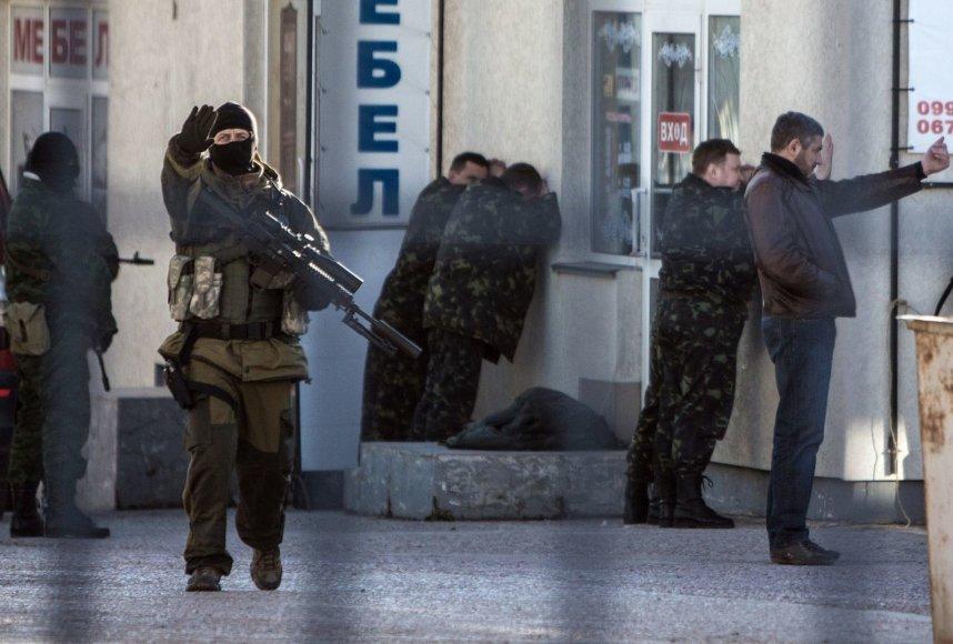 Rusijos kariai Simferopolyje suiminėja Ukrainos karius