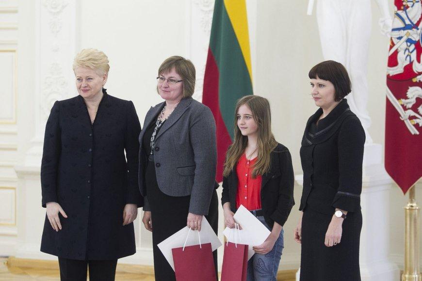 """Prezidentūroje apdovanoti konkurso """"Švari kalba – švari galva"""" nugalėtojai."""