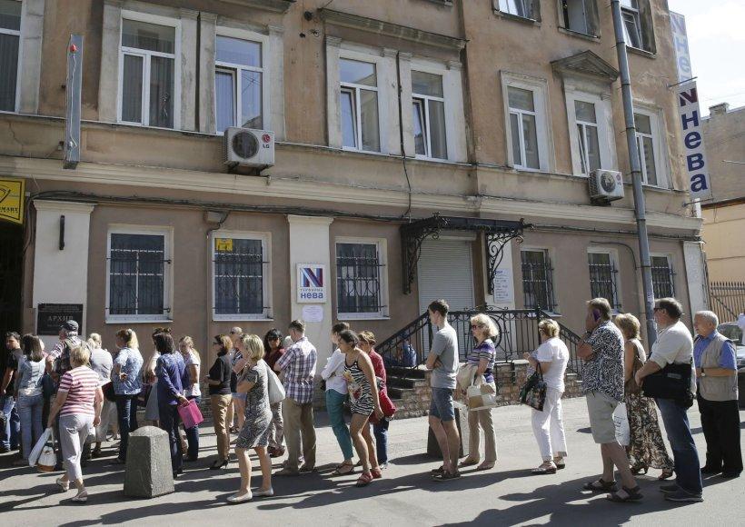 Rusų turistai Sankt Peterburge laukia prie bankrutavusios firmos