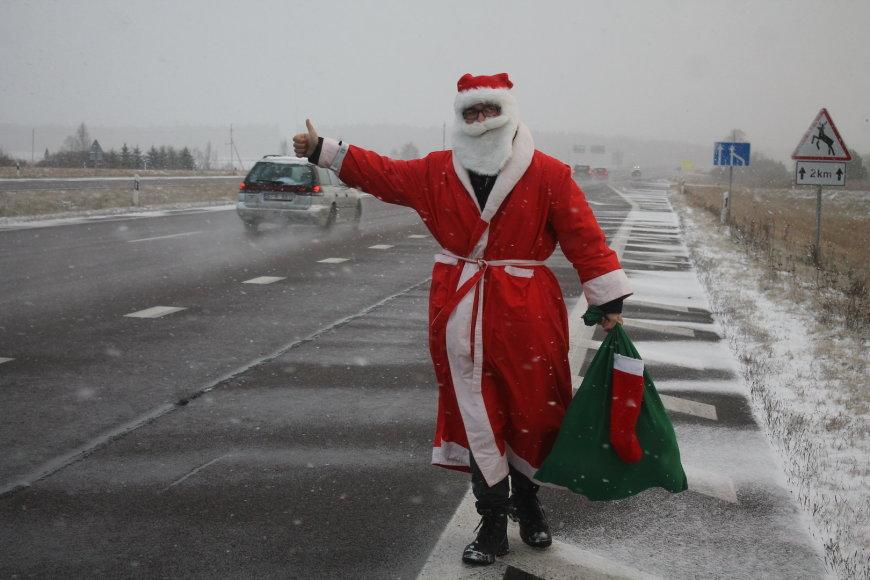 Pakeleivingais automobiliais važiuojantis Kalėdų Senis