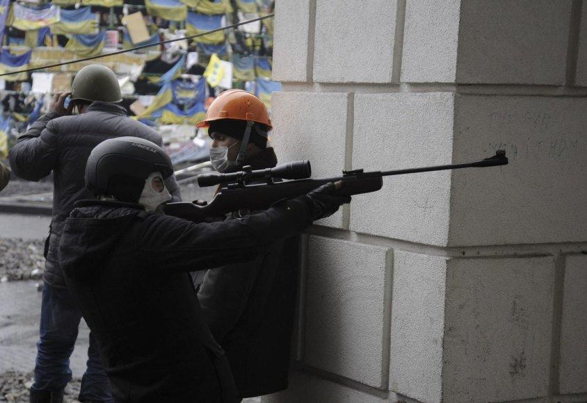 Protestuotojas su ginklu