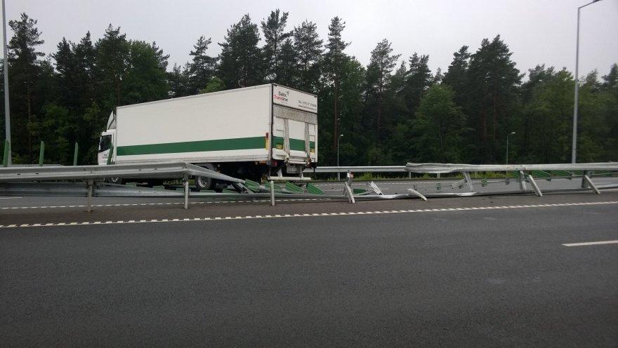Į priešingą eismo juostą išvažiavo krovininis automobilis