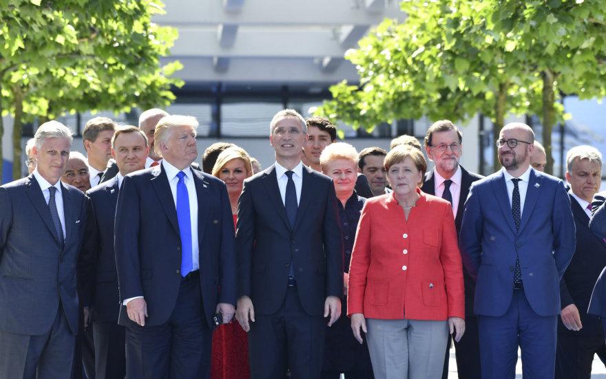 D.Trumpas Briuselyje tarp kitų NATO šalių lyderių