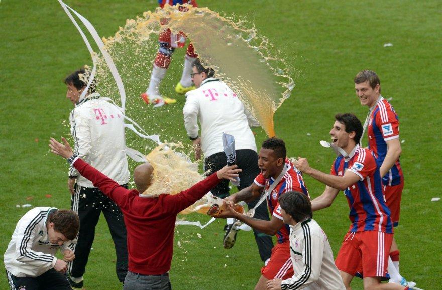 """Miuncheno """"Bayern"""" klubo žaidėjai ir treneriai  švenčia pergalę Bundeslygos čempionate"""