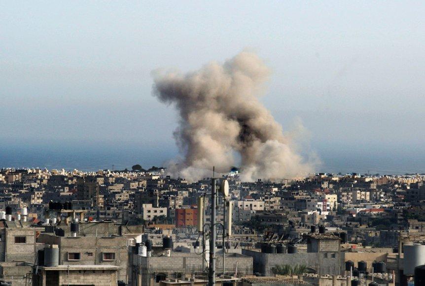 Dūmai Gazoje po Izraelio atakos