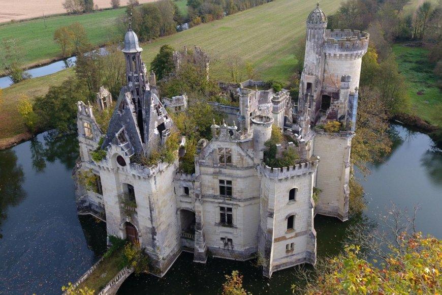 Apleista pasakiška pilis Prancūzijoje
