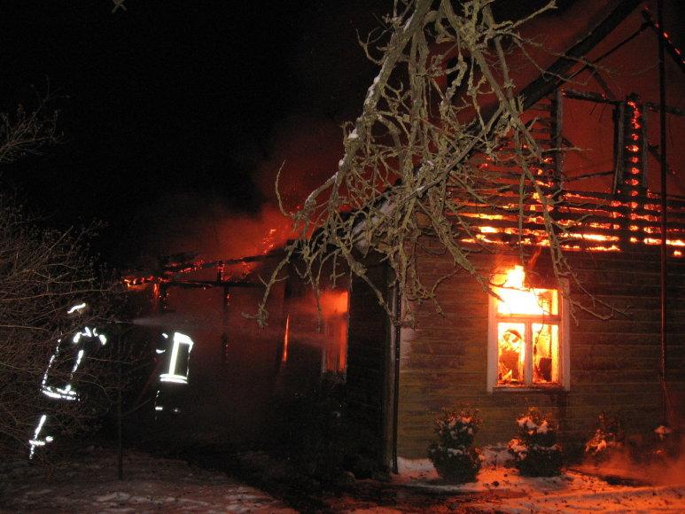 Ugnis Sugintų kaime prarijo medinį namą.