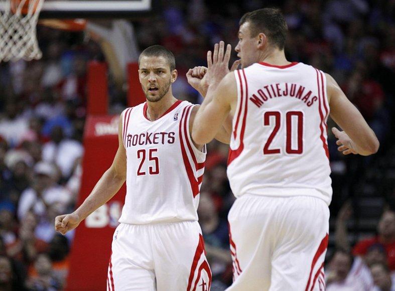"""""""Rockets"""" žaidėjai Chandleris Parsonsas ir Donatas Motiejūnas"""