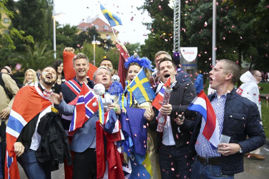 """Išsipustę """"Eurovizijos"""" gerbėjai skuba į Vienos """"Stadthalle"""" areną"""