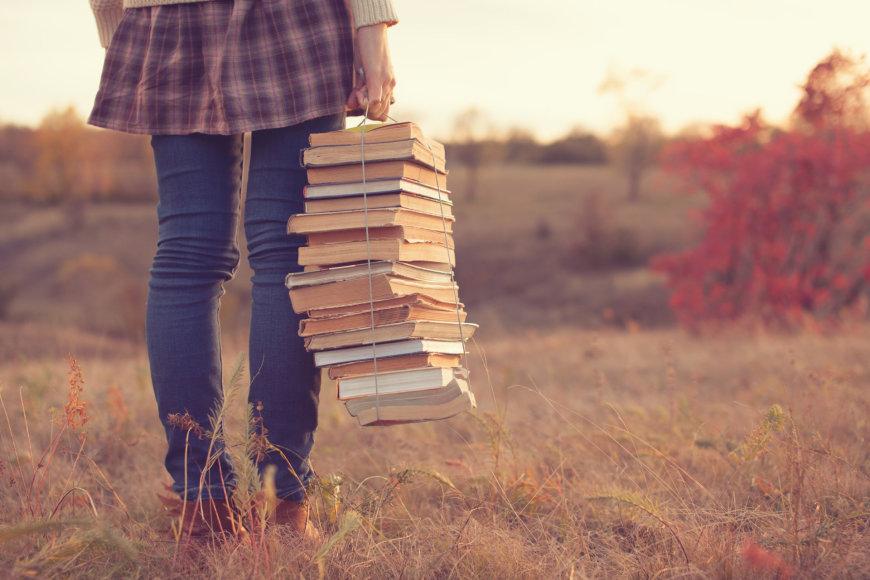 Mergina su knygomis