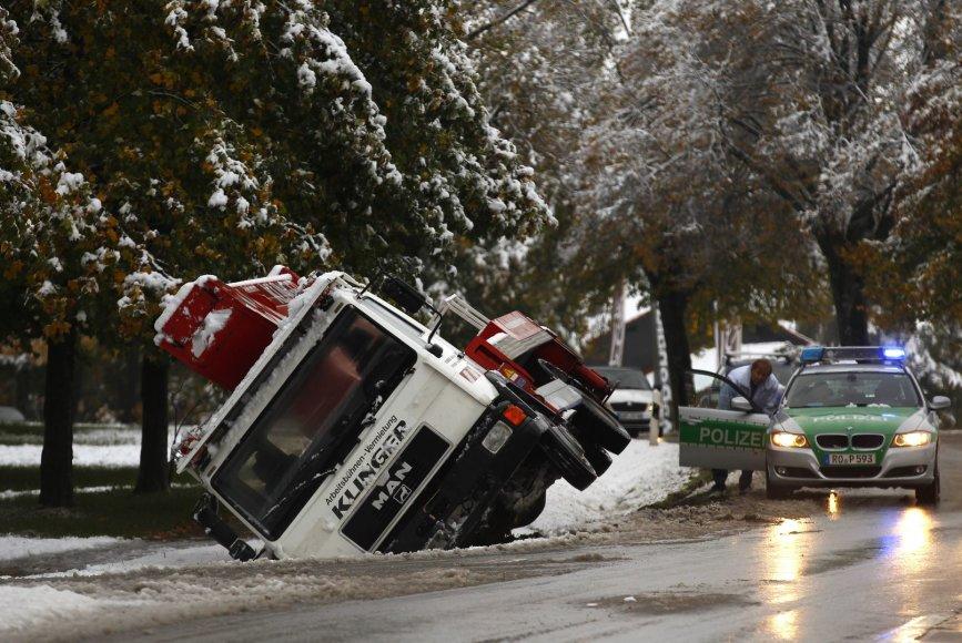 Nuo kelio nuslydęs sunkvežimis
