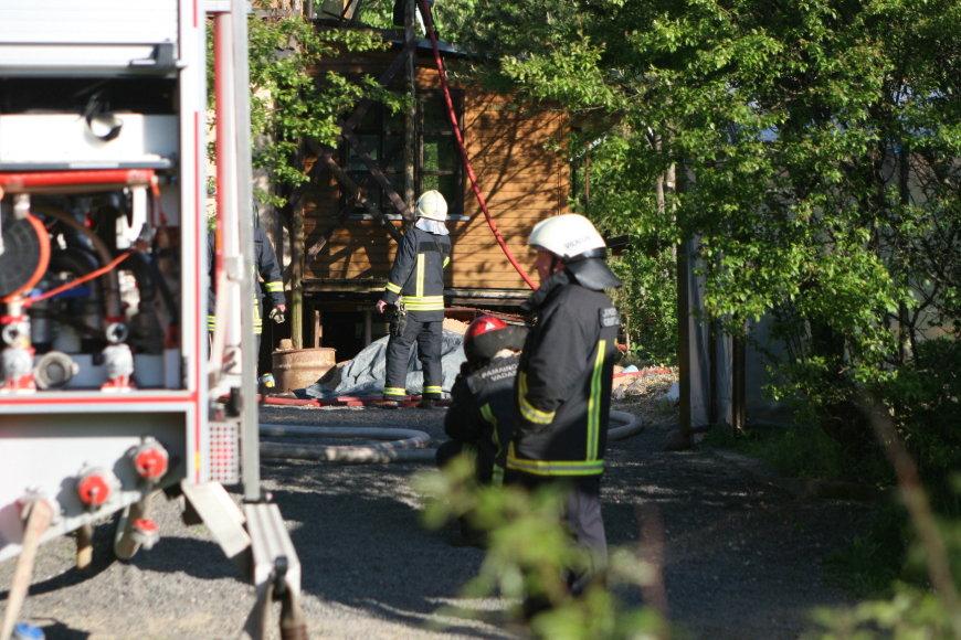 Bezdonių kaime (Vilniaus r.) degė ekologiškas namas