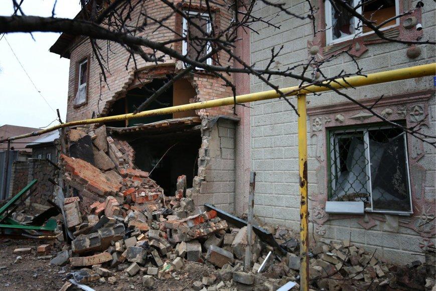 Donecke per apšaudymus artilerijos sviediniais apgadintas namas
