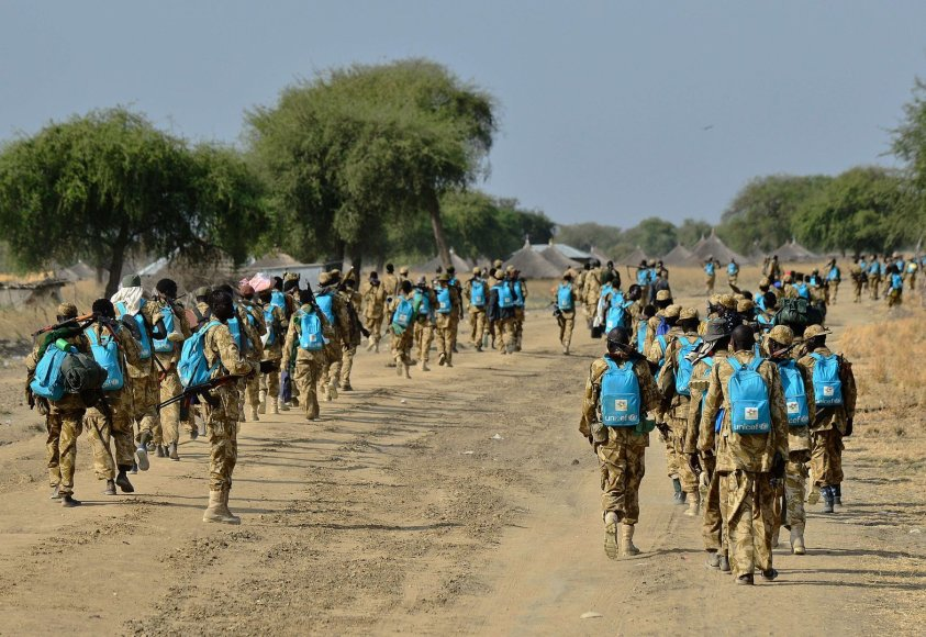 Pietų Sudano kariai su žydromis UNICEF kuprinėmis
