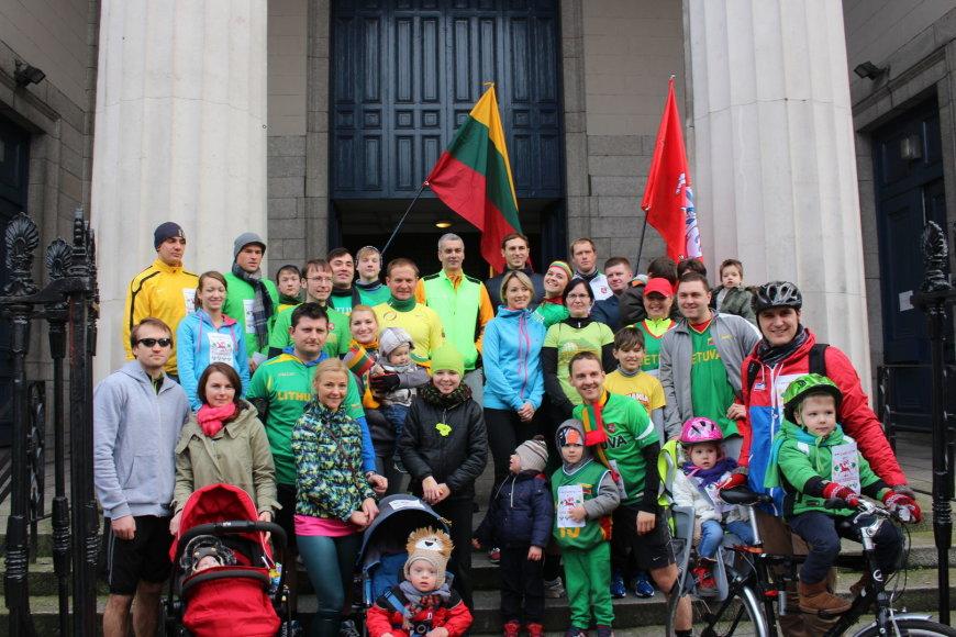 Vasario 16-osios bėgikai prieš startą prie Šv. Andriejaus bažnyčios Dubline