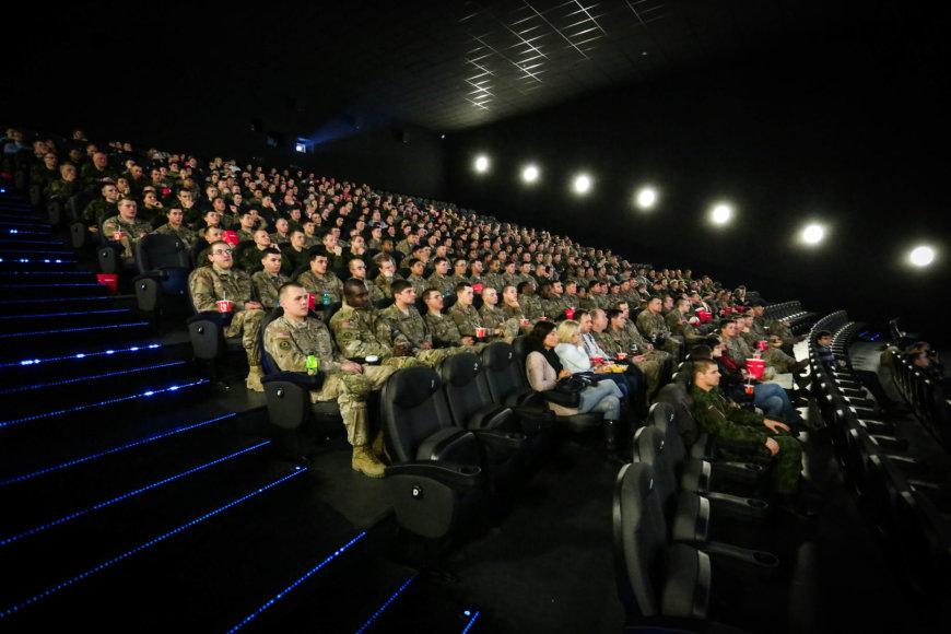 """Tradicinis seansas su kariuomene – """"Diunkerkas"""" ir šimtai karių"""