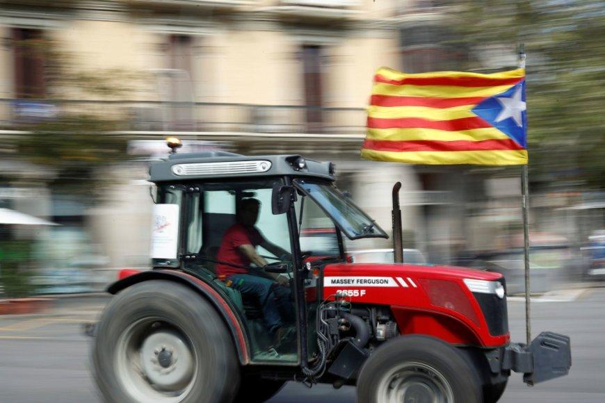 Remdami savaitgalį įvyksiantį referendumą Katalonijos miestuose į gatves išriedėjo traktoriai.