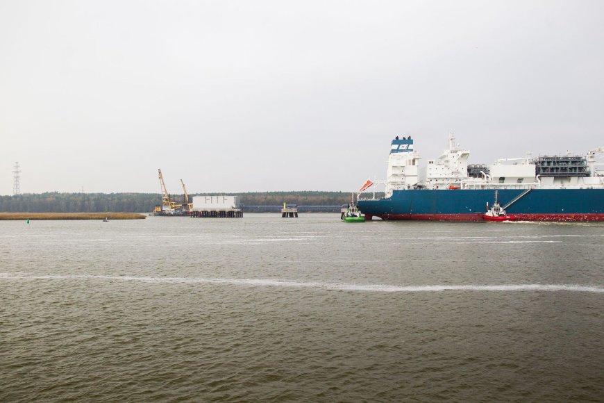 """Klaipėdos uosto kanalą įveikęs """"Independence"""" prišvartuotas SGD terminale."""