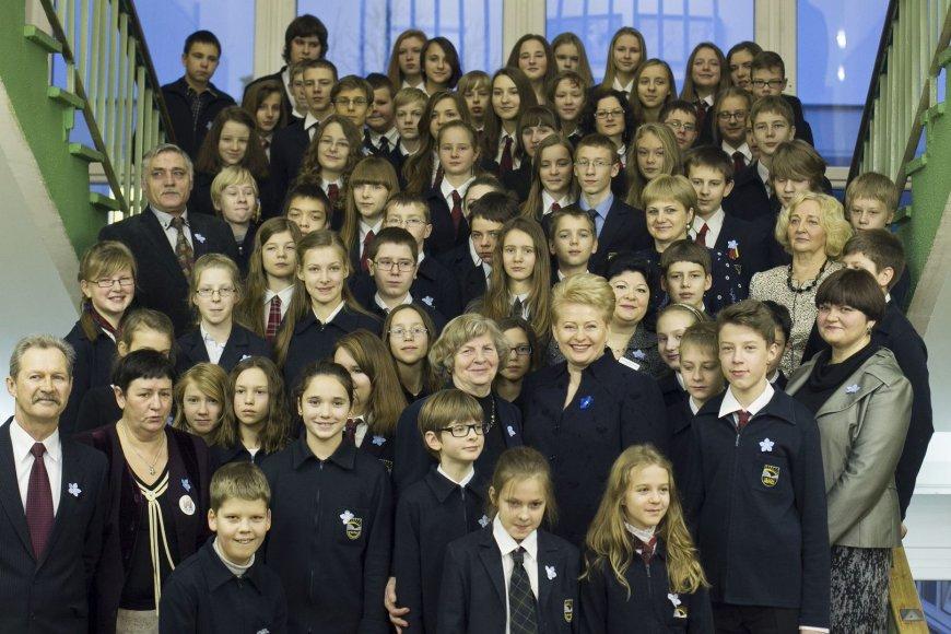 """Laisvės gynėjų dienos proga prezidentė Dalia Grybauskaitė lankėsi Vilniaus """"Ryto"""" progimnazijoje."""