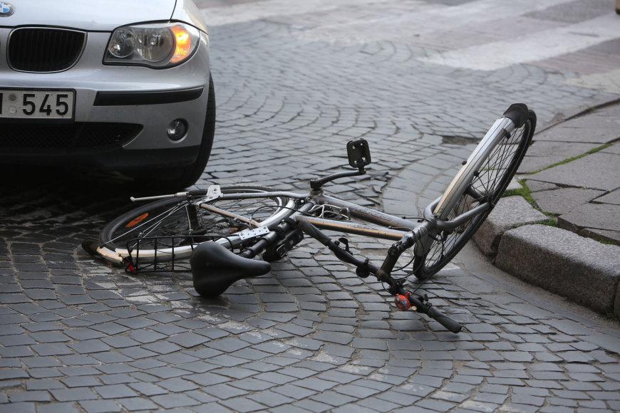 Vilniuje BMW partrenkė dviratininkę.