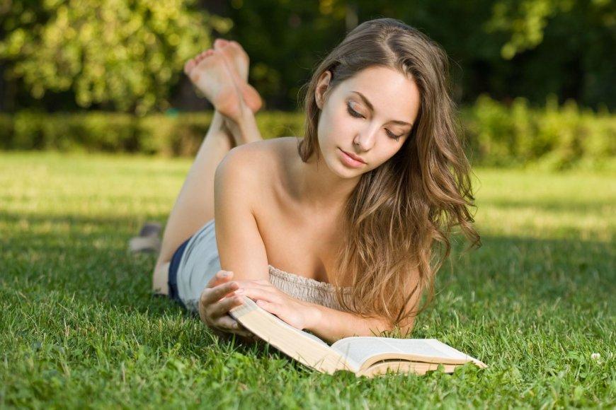 Mergina skaito knygą