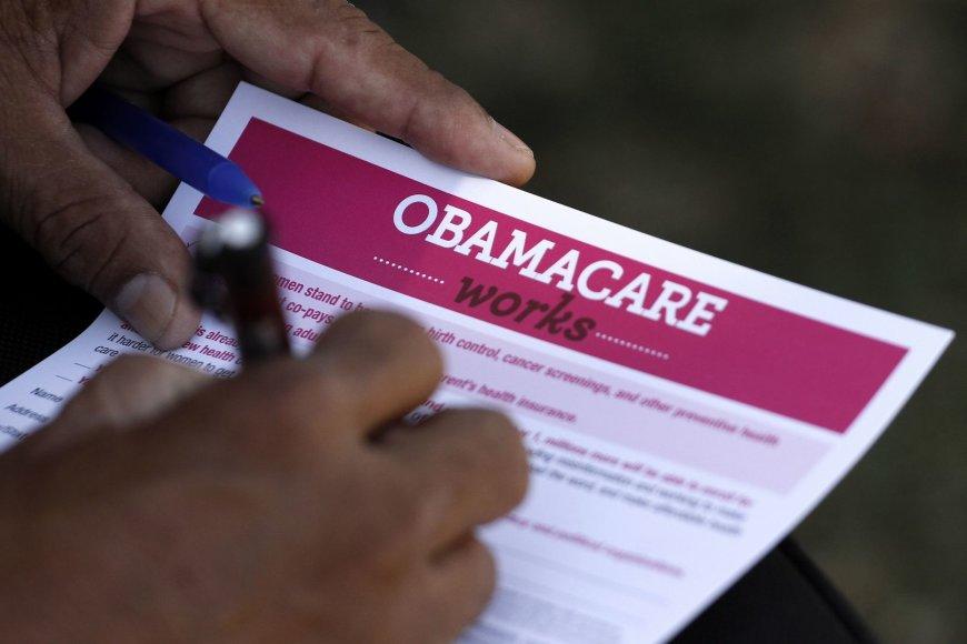 """Daugybėje apklausų daug amerikiečių teigia nepritariantys vadinamajam """"Obamacare"""" (liet. Obamos priežiūra) įstatymui."""