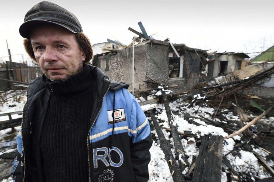 Vyras prie savo namo, kuris sugriuvo per teroristų apšaudymą iš artilerijos.