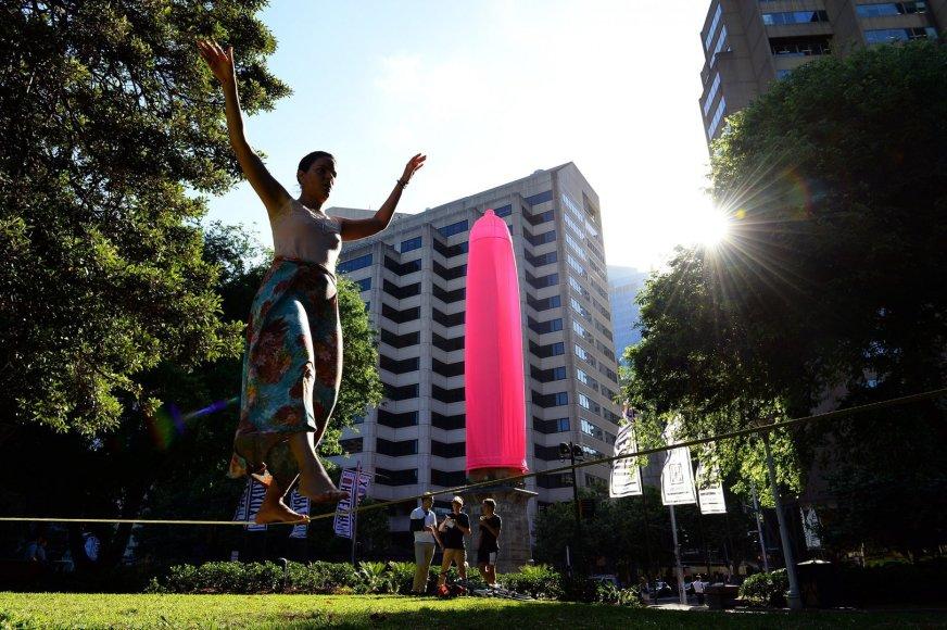 Sidnėjuje ant vieno obelisko užmautas didžiulis rožinis prezervatyvas