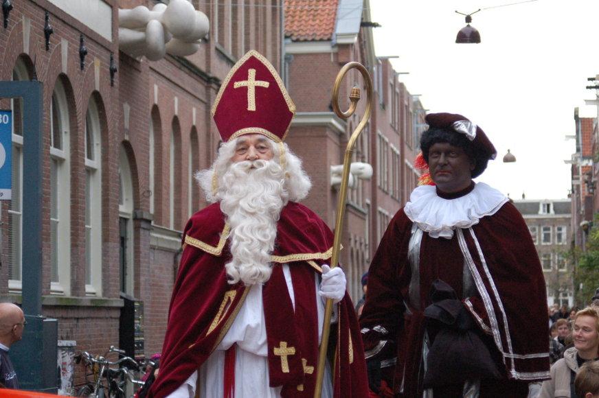Kalėdų Senelis ir jo juodaodis palydovas